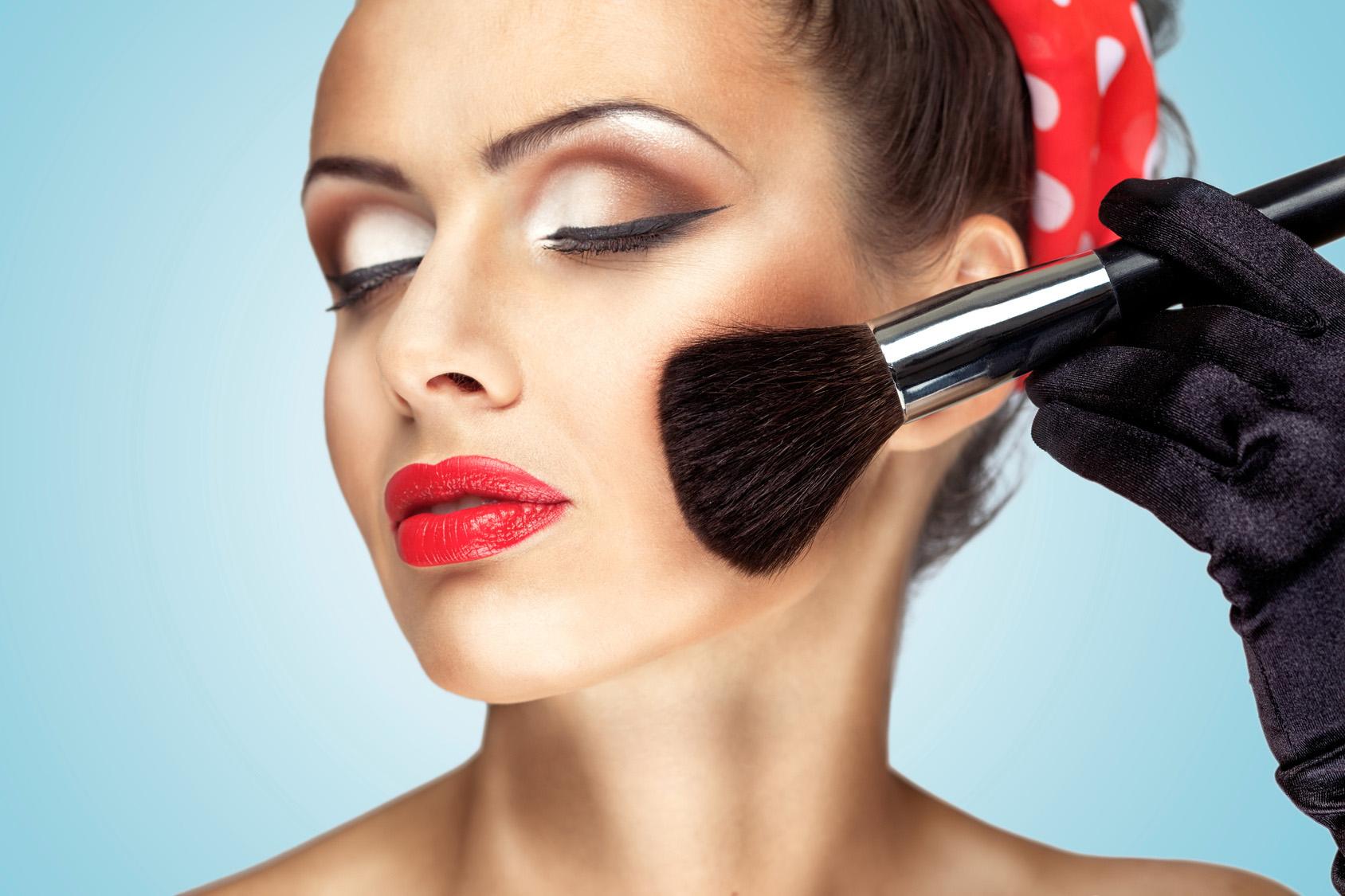 Сделать макияж и укладку